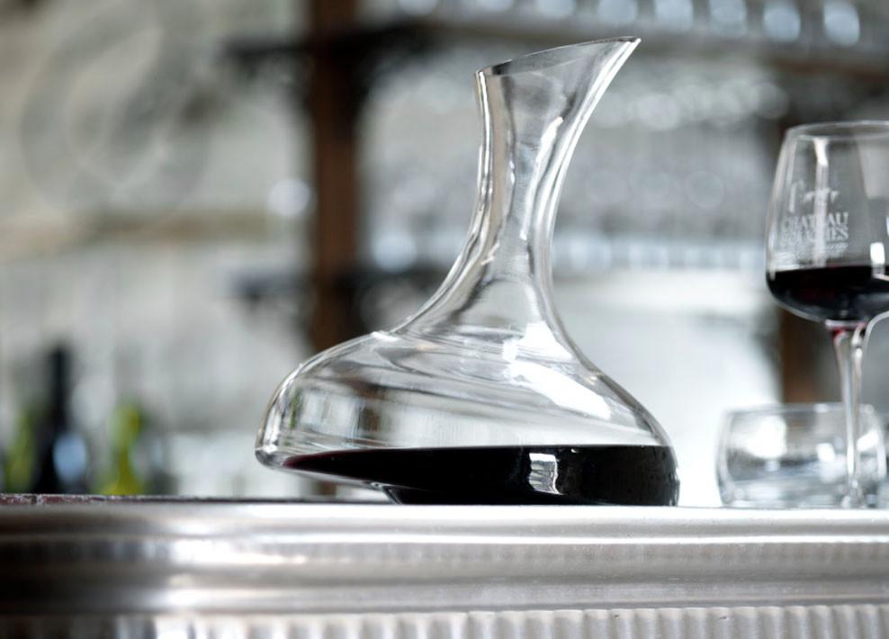 Carafe de Pinot Noir à la table du Château de Couches
